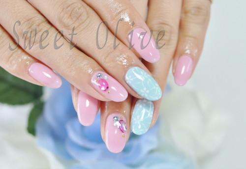 ピンク,水色,手描きレース柄,ジェルネイル,貝殻ストーン
