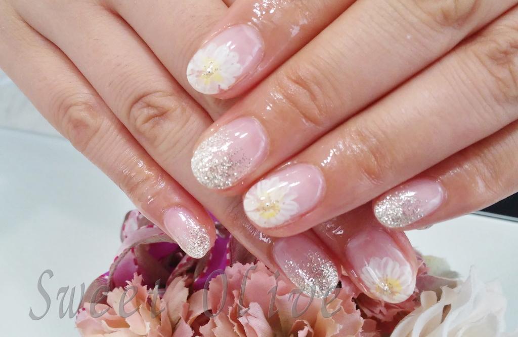 手描きフラワー柄,白いお花,黄色,クリアベース,透明感,夏ネイル,シルバーラメグラデーション