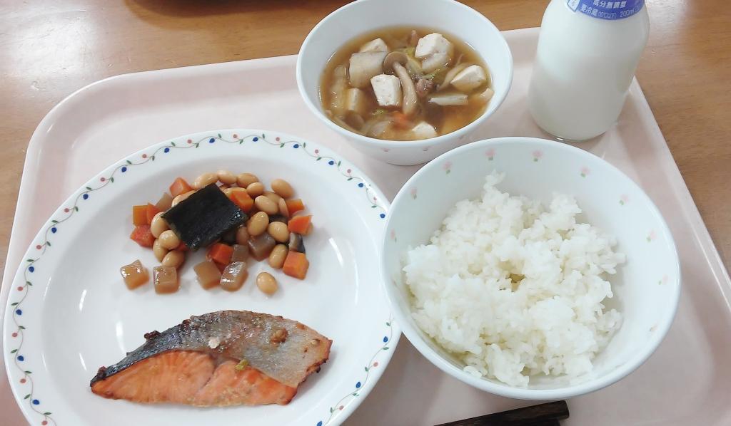 小学校給食,芋の子汁,鮭,ごはん,五目豆,牛乳