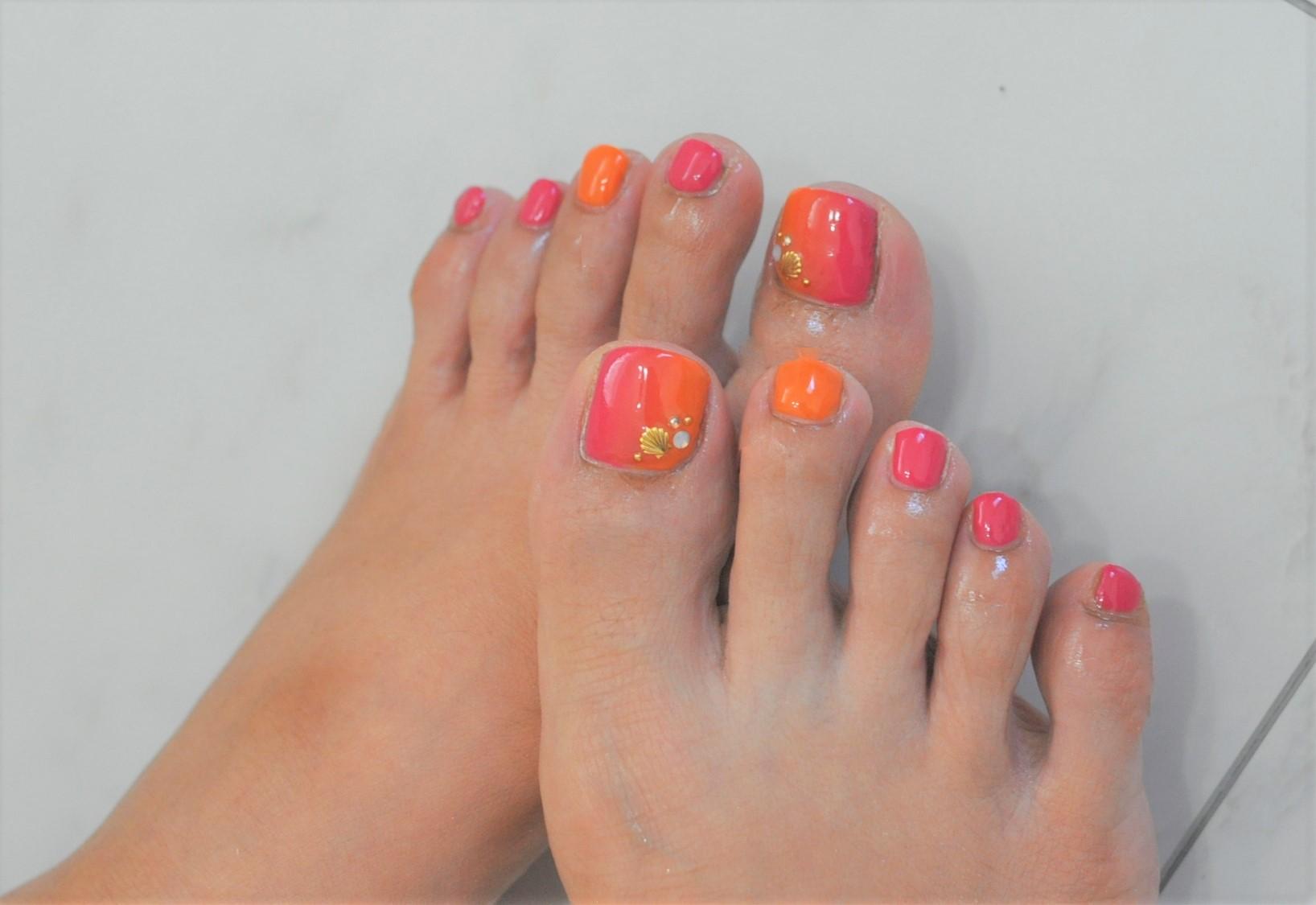 夏フットジェルネイル2021年,ピンク,オレンジ,ビジュー,縦グラデーション